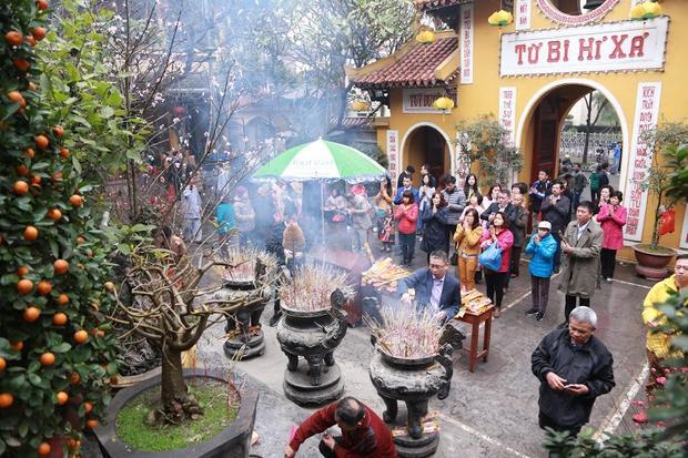 Sáng mùng 1, rất nhiều người cũng đến đình, chùa dâng hương.
