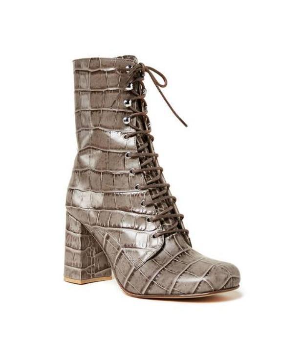 Kiểu giày gót vuông này hứa hẹn sẽ không làm chủ nhân mang nó đau chân khi di chuyển nhiều.