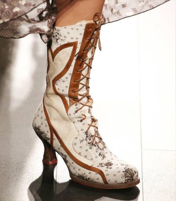 Một đôi giày tông trầm với những họa tiết nhỏ tăng sự mềm mại. Với loại giày này, bạn có thể phối cùng những chiếc váy hoa thật bay bổng cho ngày Xuân thêm xinh tươi.