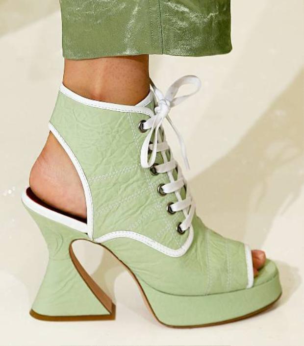 Chiếc giày cao gót boot-heel thích hợp với những nơi có thời tiết ấm áp vì nó hở mũi chân.