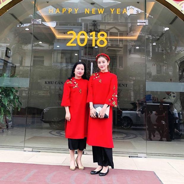 Huyền My chọn cho mình một bộ áo dài đỏ thắm nhân ngày mùng một đầu năm.