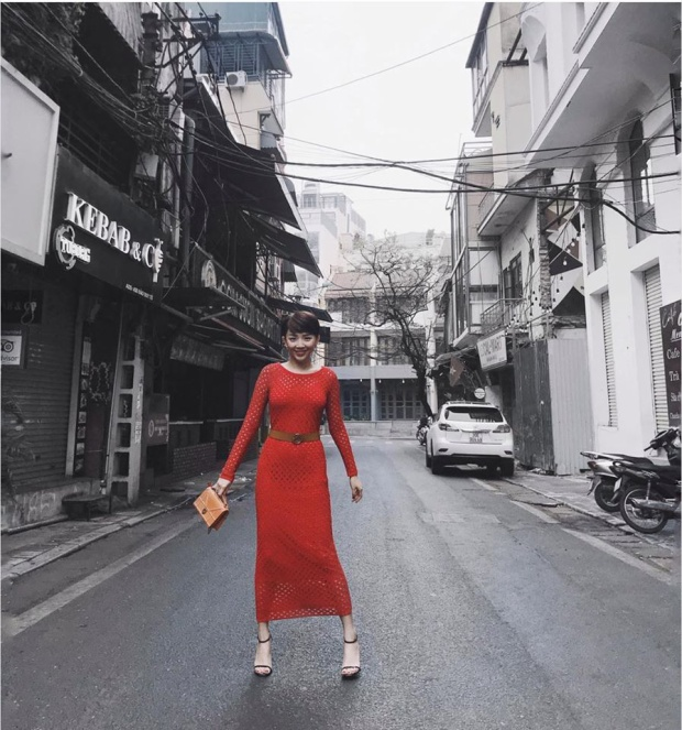 Trong khi đó, Tóc Tiên lại diện áo xuyên thấu màu đỏ cam, khuyên tai tròn nữ tính.