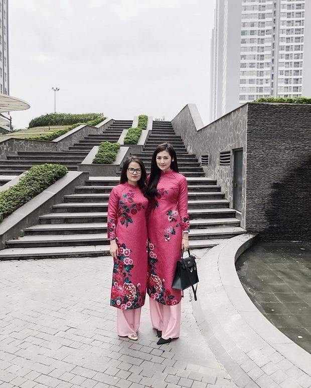Á hậu Dương Tú Anh lại chọn cho mình mẫu áo dài hồng siêu nịnh mắt để mặc đồ đôi cùng mẹ. Trông cô nàng vẫn chín chắn, trưởng thành mà chẳng hề già nua.