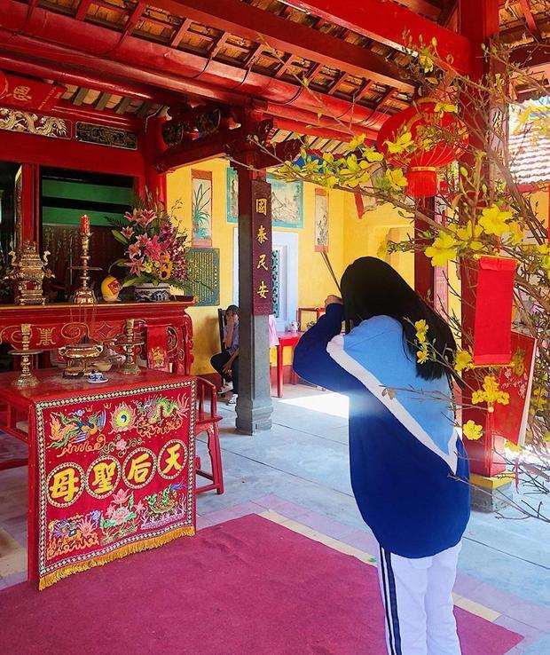 Tú Hảo ăn diện kín đáo để đi viếng chùa.
