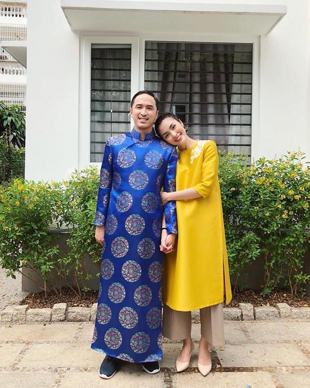 Hà Tăng quá đỗi rạng rỡ với bộ áo dài màu vàng chanh, búi tóc gọn gàng bên ông xã Louis Nguyễn.