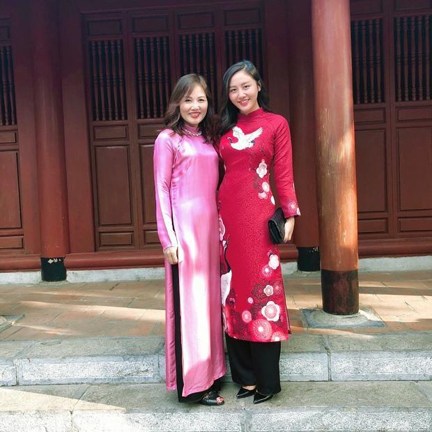 Mùng một sớm mai, thôi thì Văn Mai Hương cứ chọn áo dài đỏ để lấy hên cả năm. Đi cùng bộ trang phục này là cluch và giày mũi nhọn đen tuyền.