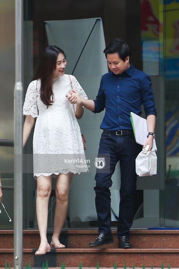 Vợ chồng Đặng Thu Thảo - Trung Tín tay trong tay hạnh phúc tại một địa điểm khám thai. Ảnh: Kênh14