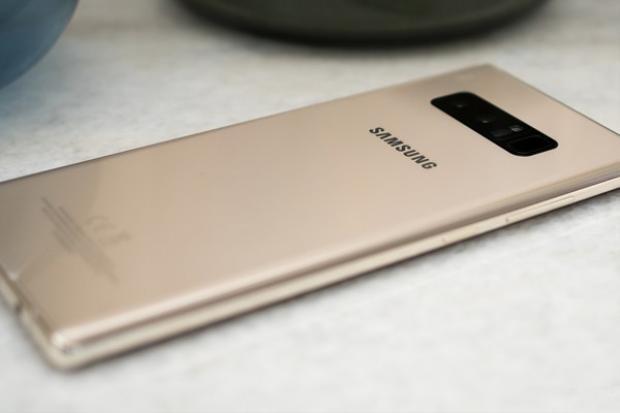 Tuổi Mùi, tuổi Thìn và tuổi Tuất nên chọn những món đồ màu vàng trong năm 2018. Vài năm trở lại đây những chiếc smartphone màu vàng càng ngày càng phổ biến và dần trở thành một màu sắc cơ bản trên sân chơi smartphone. Những chiếc smartphone cao cấp của Apple hay Samsung đều có màu máy này.