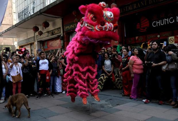 Cộng đồng người Hoa ở Mexico đang biểu diễn múa sư tử để chào đón năm mới.
