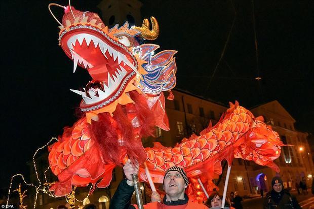 Hòa chung không khí Tết cổ truyền của người Trung Quốc, người dân ở thành phố Lviv, Ukraine cũng biểu diễn những màn múa rồng vô cùng ấn tượng.
