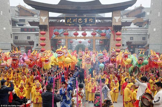 Người dân ở Miên Dương, Trung Quốc sẵn sàng biểu diễn những màn múa rồng, múa lân trong dịp Tết Nguyên đán.