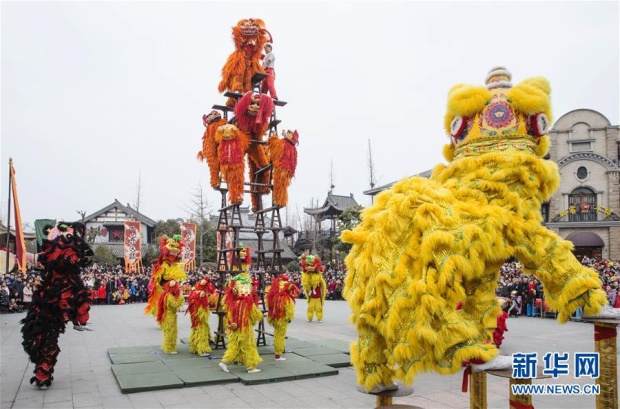 Một màn biểu diễn múa sư tử đặc sắc ở thành phố Đài Nhi Trang, Trung Quốc.