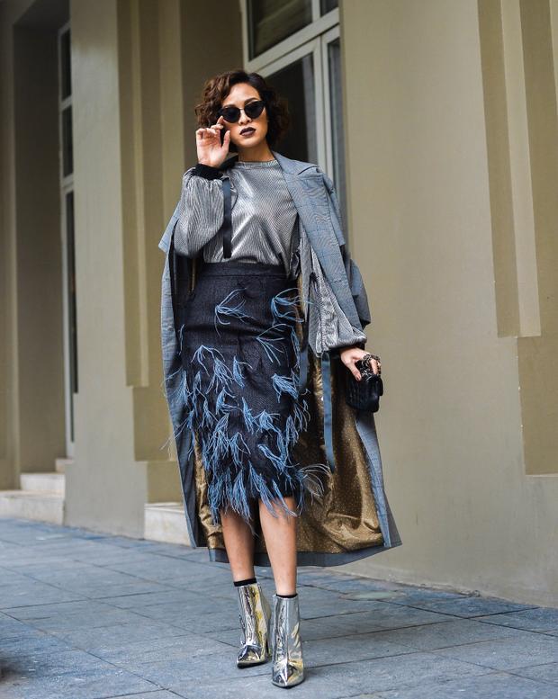 Bắt kịp xu hướng thời trang đang khuấy đảo tại hai tuần lễ thời trang lớn đang diễn ra là London Fashion Week và Milan Fashion Week, Phương Mai nhanh nhạy ứng dụng kiểu áo khoác dáng dài kẻ sọc to bảng.
