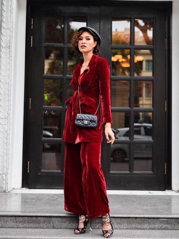 """Trong bộ ảnh đầu năm Mậu Tuất, giải Vàng siêu mẫu Việt Nam 2012 xuất hiện với hình ảnh hoàn toàn mới lạ với những trang phục """"kín cổng cao tường"""" khác hẳn với phong cách thời trang sexy, hở bạo trước nay của cô."""