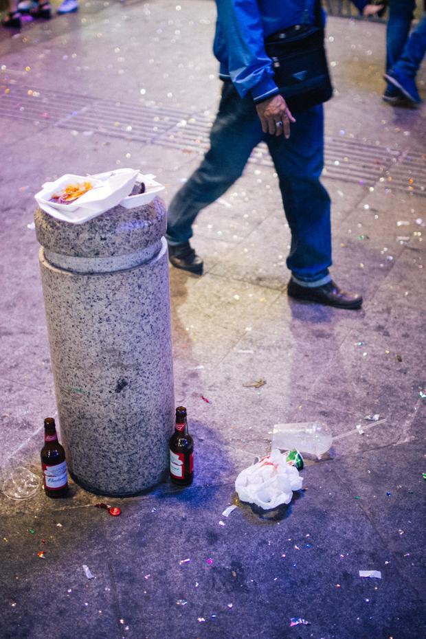 """Chai bia, hộp xốp sau khi sử dụng """"tiện đâu vứt đó.Ảnh: Hữu Nghĩa"""