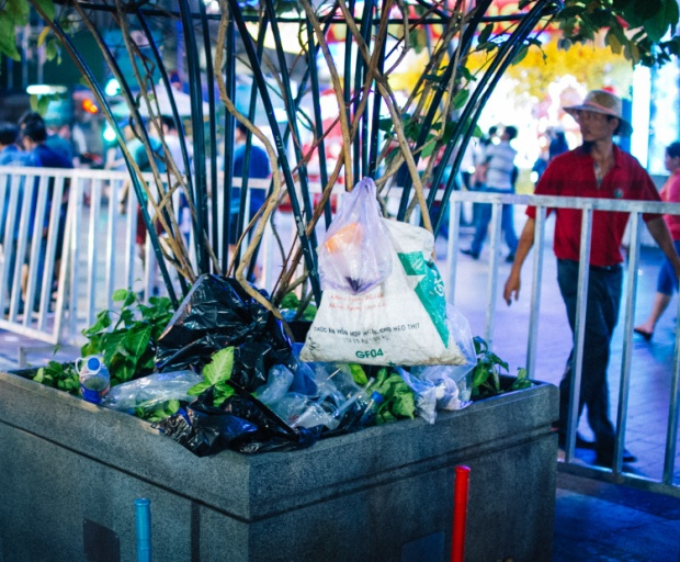 Khu vực này dành riêng để trồng cây cảnh, vậy nhưng rác đã được chất đống.Ảnh: Hữu Nghĩa