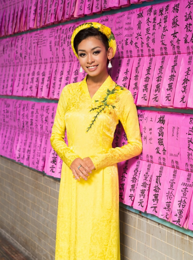 Đặc biệt, khi diện áo dài truyền thống, Cindy V vừa có sự cá tính rất riêng nhưng cũng thấp thoáng nét dịu dàng, duyên dáng vốn có của người con gái Việt Nam.
