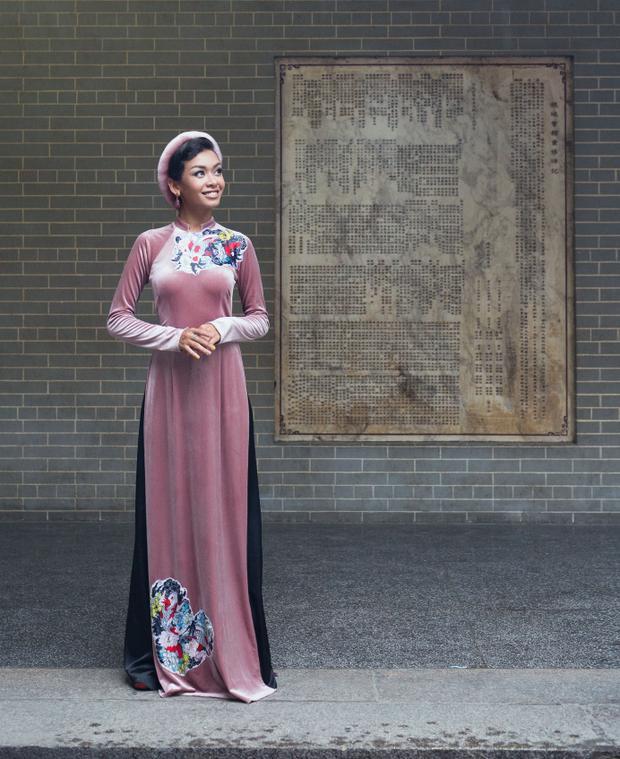 Với những màu sắc rực rỡ, nổi bật của áo dài càng làm tôn lên nét đẹp trẻ trung, cuốn hút của nữ ca sĩ không thua kém bất kì mỹ nhân nào.