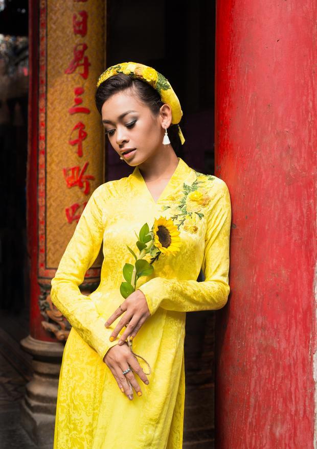 Không mang vẻ nữ tính, dịu dàng như những cô gái Việt Nam thường thấy, Cindy V gây ấn tượng với gương mặt góc cạnh, làn da nâu khỏe khoắn cùng thân hình cân đối.