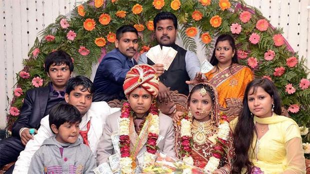 Krishna (bên trái) trong lễ cưới với người vợ thứ nhất.