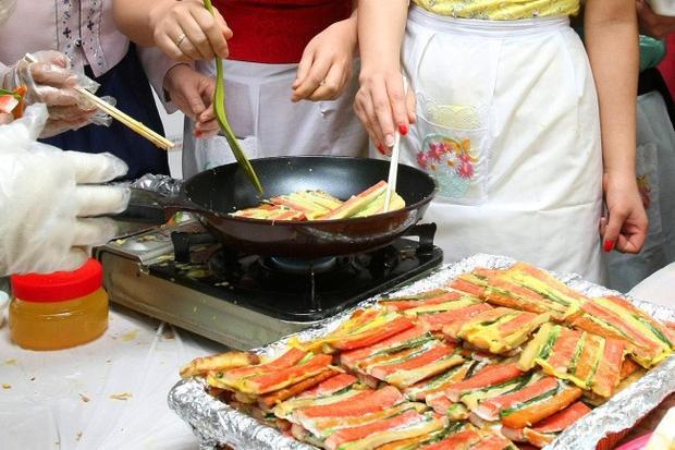 """Phụ nữ Hàn Quốc cảm thấy không công bằng khi luôn phải """"đầu tắt mặt tối"""" với việc bếp núc trong những ngày Tết. Ảnh minh họa: Yonhap"""