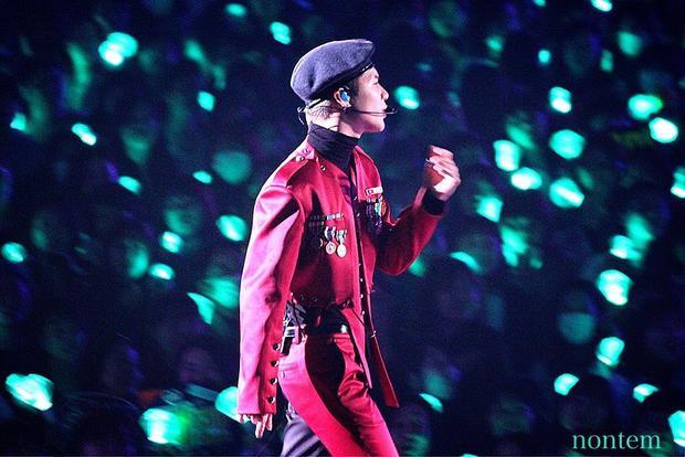 Concert trở lại của SHINee: Fan khóc nghẹn, sân khấu vẫn sáng đèn chờ Jonghyun