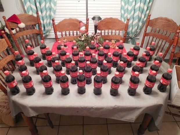 """""""Bố tôi đã dành ra hơn 3 tháng để thu thập 47 chai Coca-cola có tên các gia đình nghèo từ hơn 10.000 chai khác nhau để dành tặng họ nhân dịp Giáng Sinh."""""""
