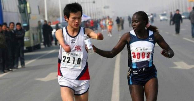 Một vận động viên da màu chia sẻ chai nước với một vận động viên khuyết tật người Trung Quốc trên đường chạy. Điều này làm ảnh hưởng không nhỏ đến thành tích của cô, khiến cô chỉ về nhì nhưng đã chiến thắng trong lòng người hâm mộ.