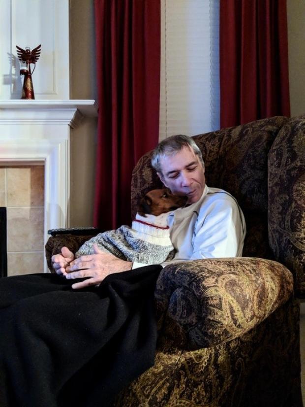 """""""Khi biết ba bị bệnh Alzheimer, tôi đã mua tặng ba chú chó này. Nó luôn luôn quấn quýt bên ông mọi lúc mọi nơi. Cho dù tôi sẽ quên đi nhiều thứ nhưng con chó này sẽ mãi mãi nằm trong ký ức của tôi""""."""