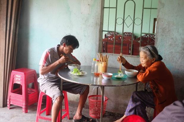 Thực khách thưởng thức tô mỳ quảng 5.000 đồng. Giá ở quán bà Mười chỉ bằng 1/3 ở quán khác.