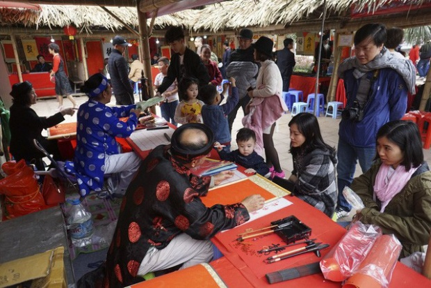 Trong thời tiết thuận lợi, người dân Hà Nội tranh thủ đến trường đại học đầu tiên của Việt Nam để du xuân, cầu mong những điều tốt đẹp cho một năm mới. Ảnh: Dân trí.