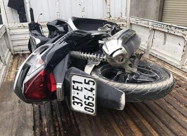 Chiếc xe máy nam thanh niên chưa rõ danh tính điều khiển tử vong.