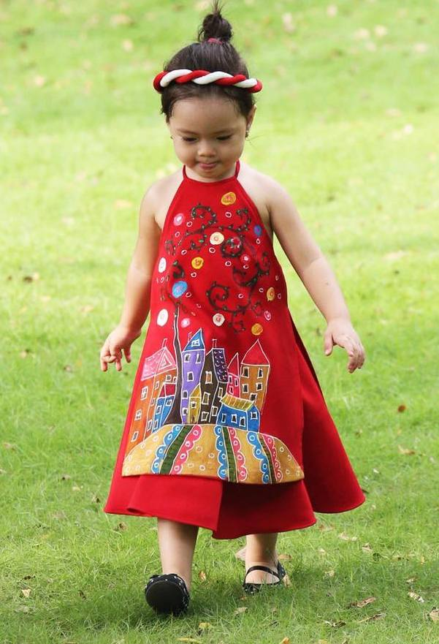 Bên cạnh áo dài dành cho người lớn, các mẹ cũng có thể lựa chọn kiểu áo dài cổ yếm để diện cho con vào những ngày Tết.
