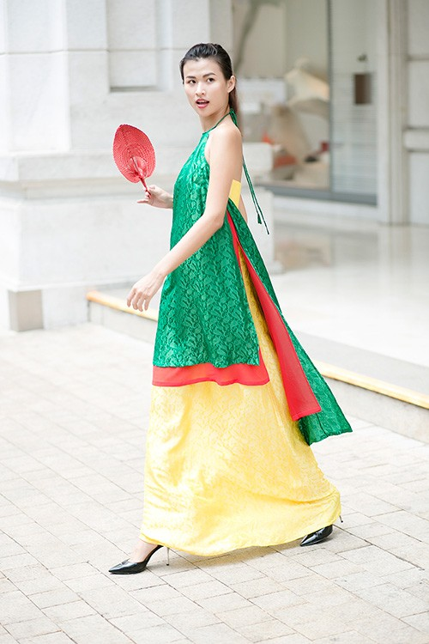 Từ chiếc áo yếm gợi cảm, tinh tế nay được cách tân thành tà áo dài nhẹ nhàng. Đây cũng là loại trang phục có thể kết hợp đa dạng, từ chân váy ngắn đến váy dài.