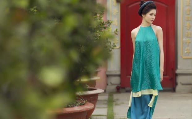 Cả bộ áo dài màu xanh thiên thanh với điểm nhấn vạt áo layer tông vàng khiến Thùy Dung tỏa sáng khi xuống phố.