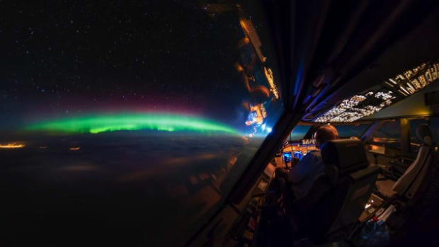 Bắc cực quang mang một màu xanh huyền ảo đến kinh ngạc.
