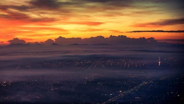 Cảnh mặt trời mọc ở Curitiba, Brazil.