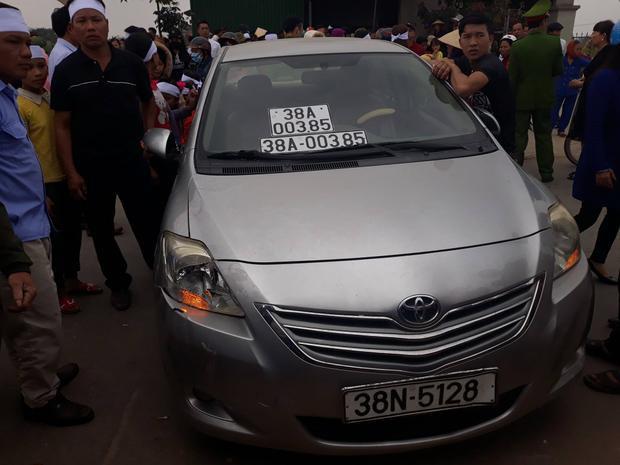 Hàng trăm người dân đưa chiếc xe ô tô 5 chỗ gây tai nạn về hiện trường ban đầu.