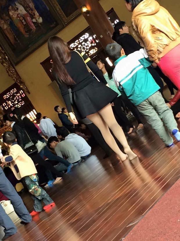 Lại là váy ngắn… Nhiều người lại phải lắc đầu ngán ngẩm - Ảnh: FB