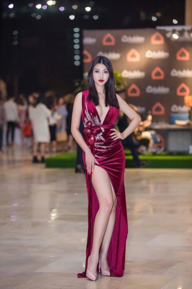 """Là một chân dài chuộng phong cách sexy, nàng mẫu tuổi Tuất Quỳnh Châu thường xuyên xuất hiện tại các sự kiện với các thiết kế """"hở trên xẻ dưới"""", vừa phô vòng một vừa khoe đôi chân dài nõn nà của mình."""
