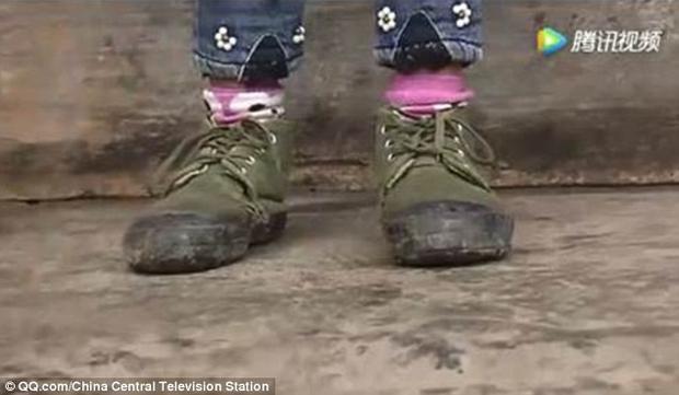 Đôi giày xanh Bangju đã đi được 8 năm.