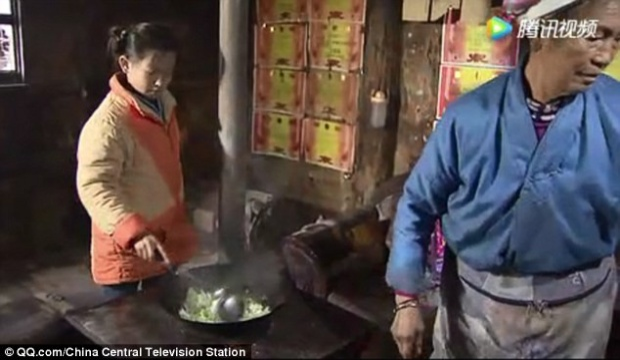Sau khi tan học, Bangju phải giặt đồ, lo cơm nước cho 5 người trong gia đình.