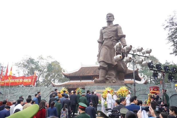 Lãnh đạo Đảng, Nhà nước, các Bộ, Ban ngành Trung ương và Thành phố Hà Nội dự lễ dâng hương tưởng nhớ vua Quang Trung.