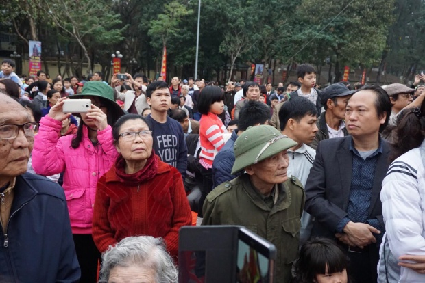 Hàng nghìn người dân Thủ đô, du khách thập phương náo nức về tham gia lễ hội đầu xuân mới.
