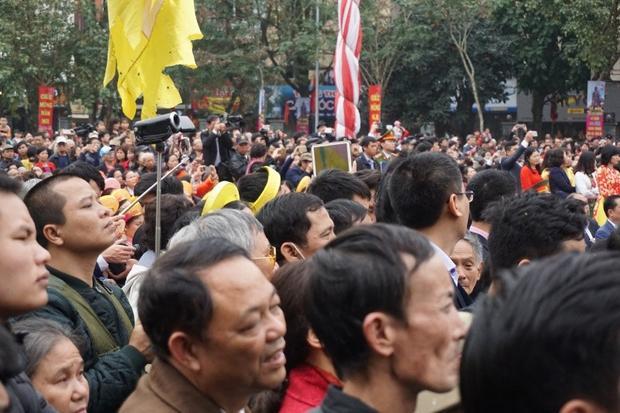 Hàng nghìn người rủ nhau đi xem hội gò Đống Đa mùng 5 Tết