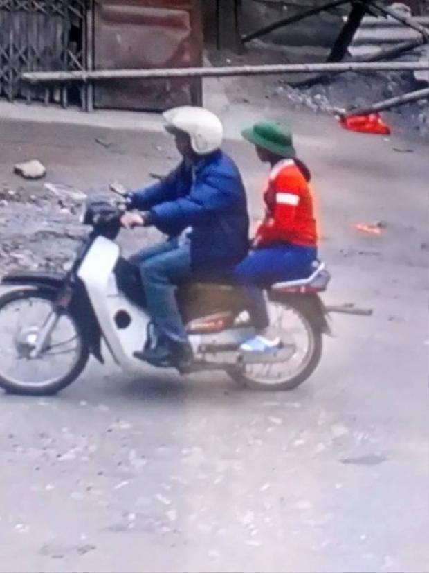 Hình ảnh M. đi cùng anh Tuấn đi mua bóng bay.