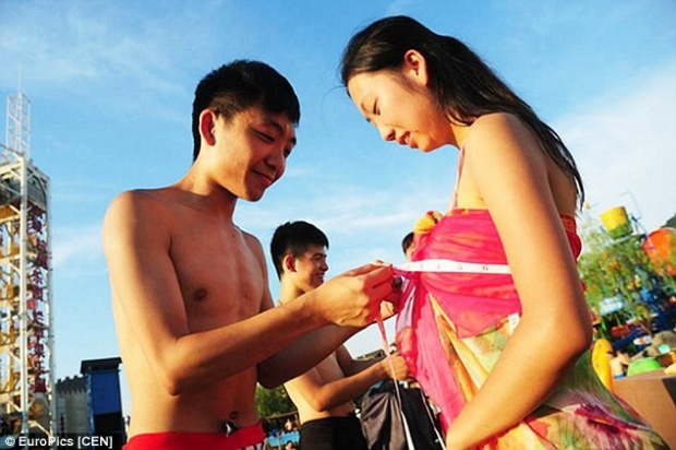 Tuy nhiên, quy định kỳ quái nhất của ban tổ chức lại là cho phép nam giới được đo vòng ngực của cô gái mà anh ta muốn hẹn hò.