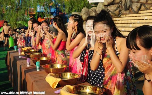 Sự kiện hẹn hò kỳ lạ này diễn ra tại một công viên nước thành phố Hàng Châu, Trung Quốc với hơn 30.000 người tham gia. Tuy nhiên, lễ hội này chỉ diễn ra một lần vào năm 2015 và tới nay không lặp lại vìnhiều người cho rằng nó hạ thấp nhân phẩm của phụ nữ.