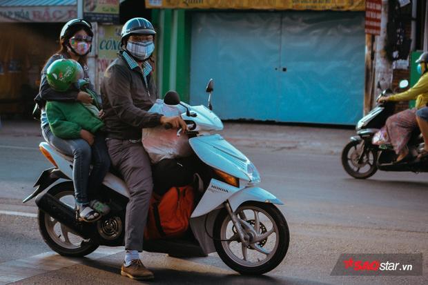Lỉnh kỉnh hành lý trở lại Sài Gòn sau kỳ nghỉ Tết, nhiều người dân ngủ gục ngay trên xe