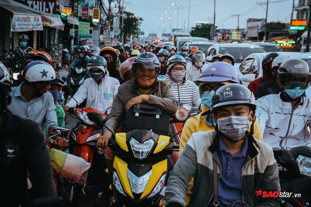 Từ 16h, các tuyến đường miền Tây đổ về Sài Gòn đã bắt đầu đông đúc.